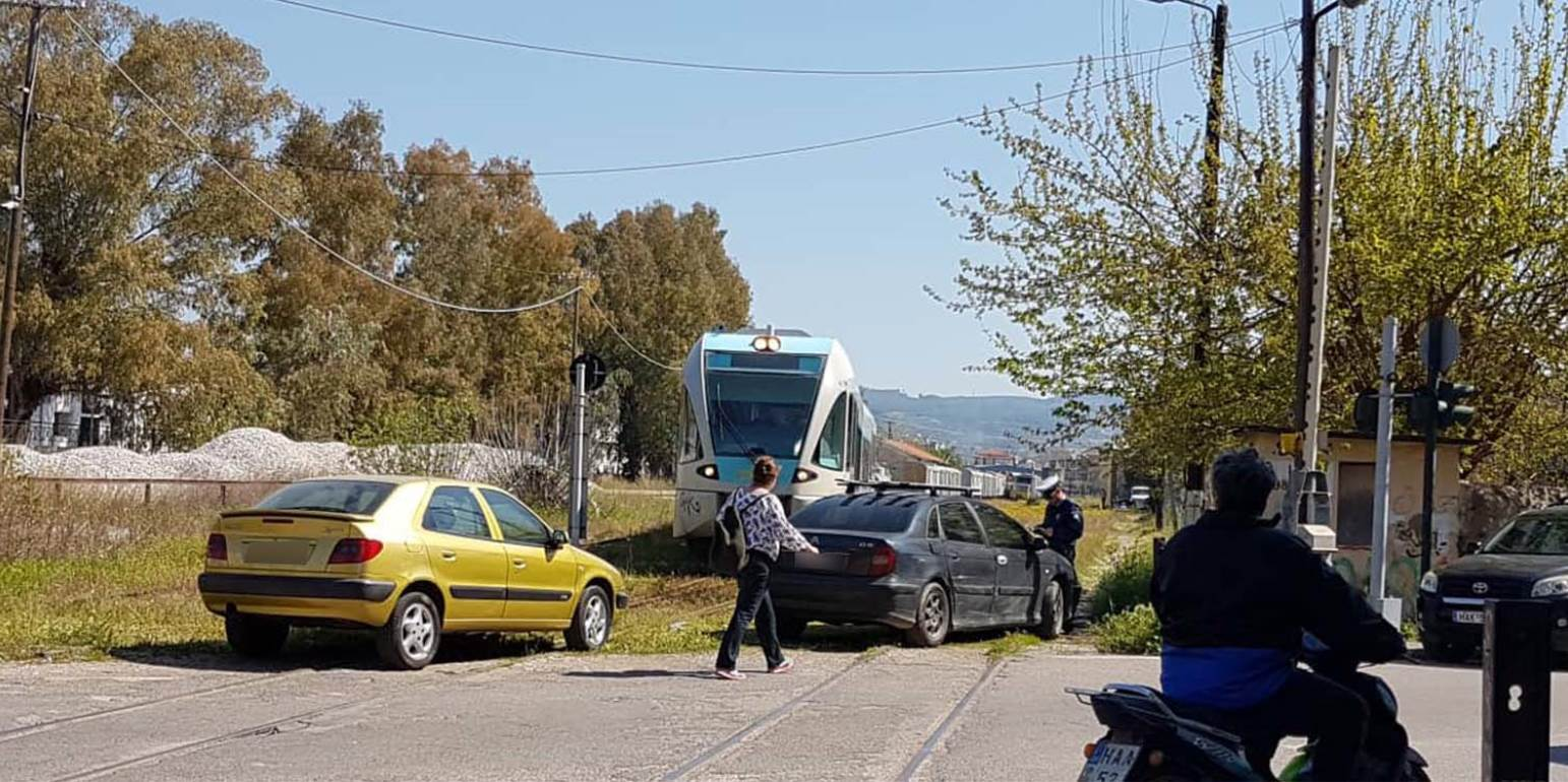 6bac0e75fcf To πιο… απίστευτο παρκάρισμα σε γραμμή τρένου -
